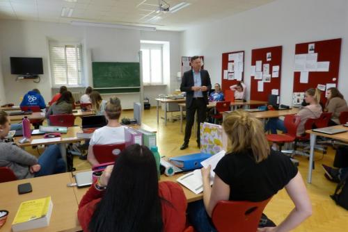Rechtskunde-Unterricht (2)